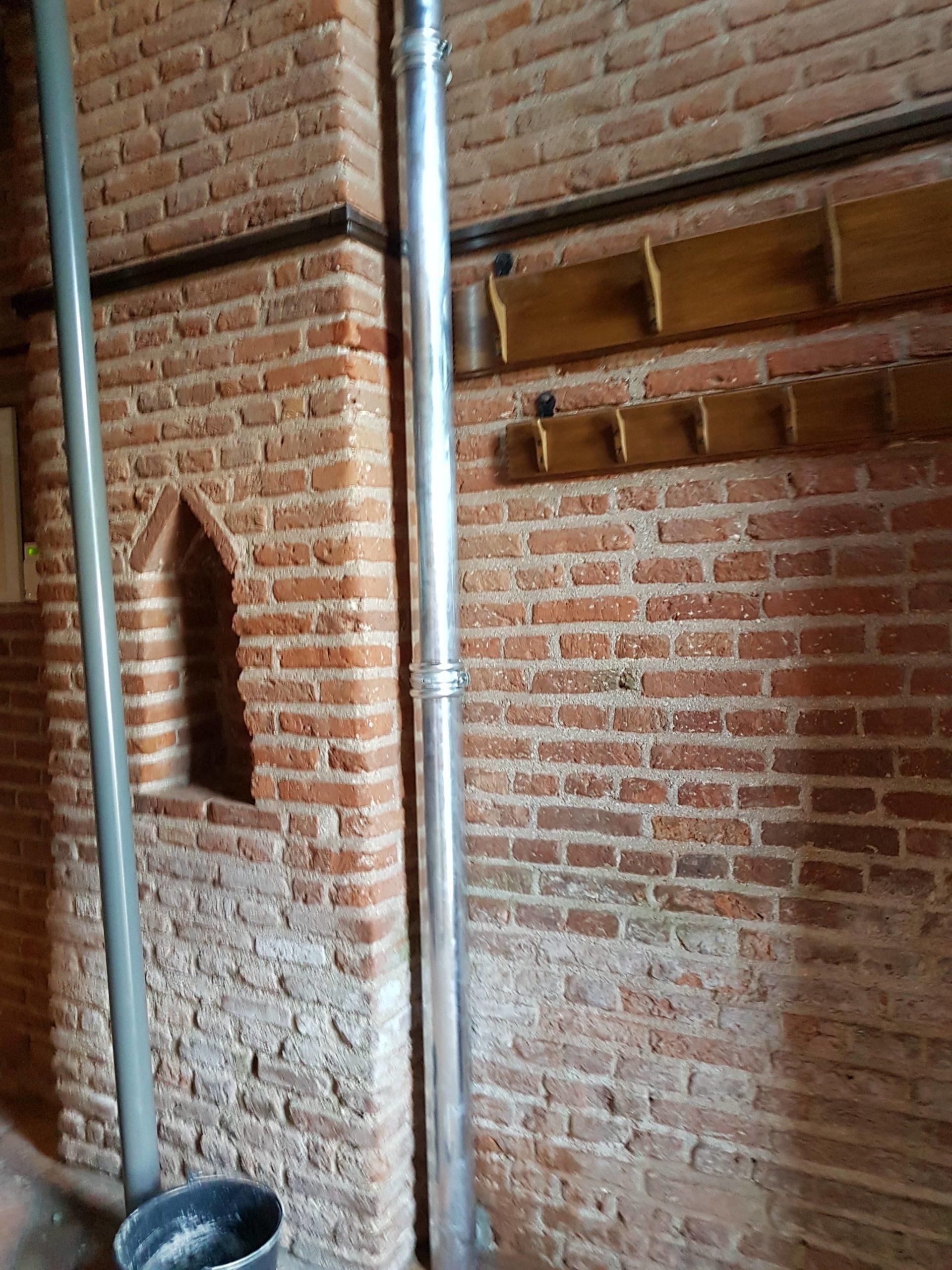 Nieuwe situatie: regenpijp binnen de toren (grijze pijp hoort er niet bij)