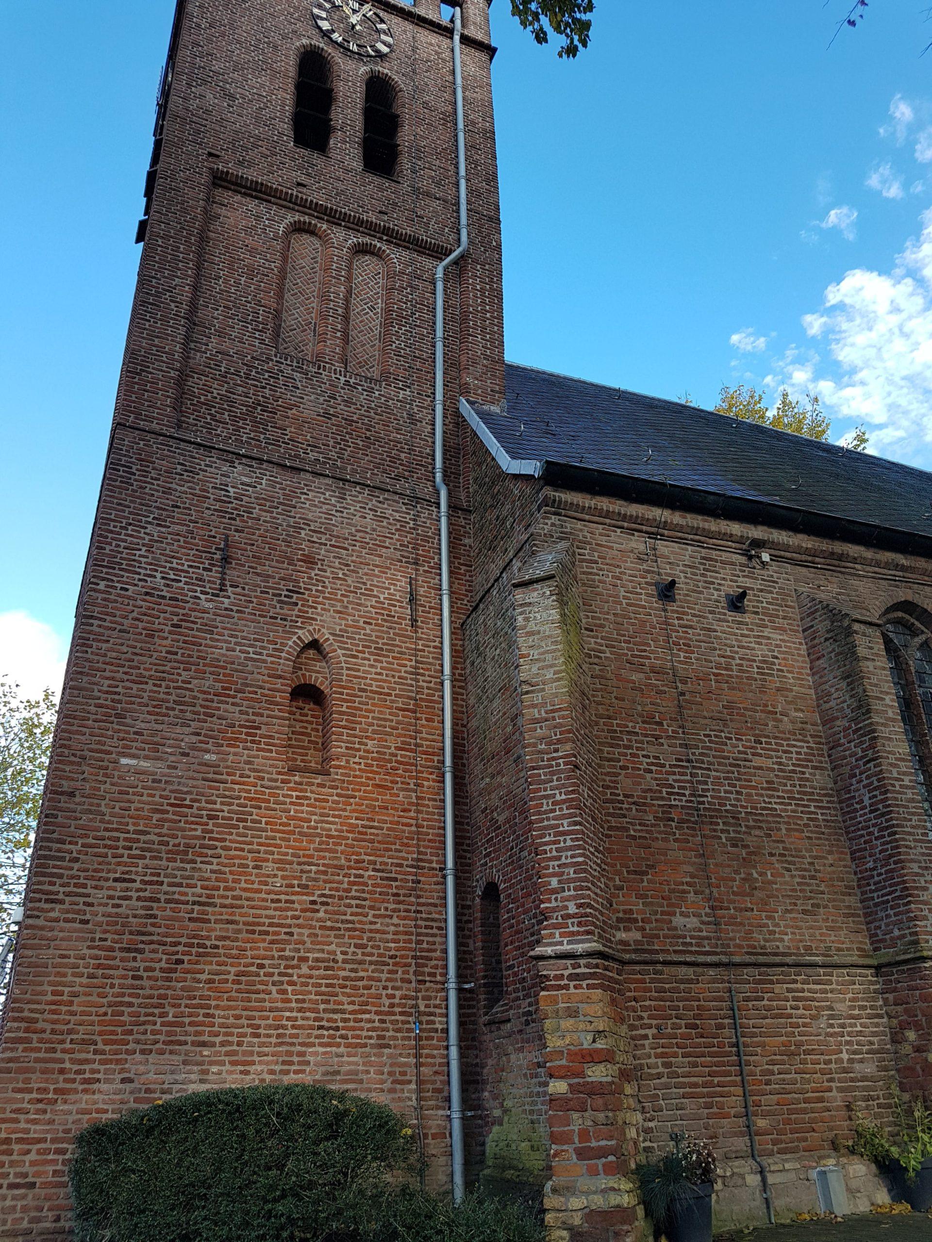 De Oude situatie: regenpijp aan de buitenzijde van de toren.